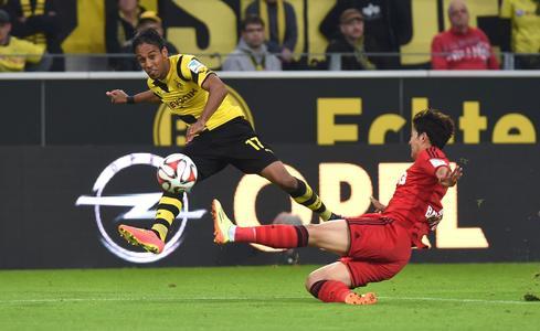 Im Zeichen des Blitzes: BVB-Stürmer Pierre-Emerick Aubameyang und der Leverkusener Heung-min Son im Duell der Opel-Clubs. Foto Adam Opel AG