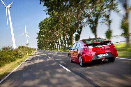 Der Ampera, das revolutionäre Elektroauto von Opel, ist nach den Absatzzahlen vom Mai 2012 die meistverkaufte Limousine mit elektrischem Antrieb in Europa. Mit einem Marktanteil von mehr als 20 Prozent ließ das vielfach preisgekrönte Elektroauto sämtliche Konkurrenten hinter sich (Foto: Adam Opel AG)