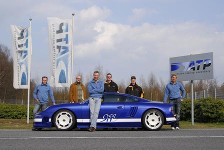 Jan Fatthauer (Mitte), Chef des Porsche-Tuners 9ff, jagte seinen GT9 mit dem Hightechreifen ContiSportContact Vmax auf 409 km/h