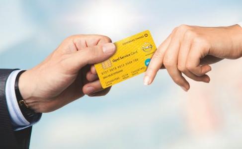 Opel macht das Bezahlen einfacher und schafft mehr finanzielle Flexibilität. Mit der Opel Service Card bietet das Unternehmen eine zusätzliche, unkomplizierte Möglichkeit an, Rechnungen bei den Opel Service Partnern zu begleichen – und bei über zehn Millionen Maestro-Akzeptanzstellen weltweit