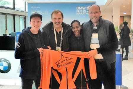 Jens Nerkamp, Winfried Aufenanger, Melat Kejeta und Lars Bergmann feiern Doppelsieg beim BMW Berlin Marathon 2019 / Bild: © IMMOVATION AG
