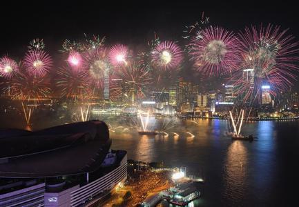Sztuczne ognie nad portem Królowej Wiktorii w Hongkongu z okazji rozpoczęcia nowego roku księżycowego