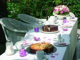 Gibt es Schöneres als ein sommerliches (Geburtstags-) Kaffeekränzchen im Garten oder auf der Terrasse! Diese verspielte Deko aus Blüten- und Teelichte mit dem RAL-Gütezeichen in weiß-rosa wirkt heiter und zaubert eine sommerliche Atmosphäre! Tipp: Teelichte mit dem RAL-Gütezeichen garantieren die auf der Verpackung angegebene Brenndauer.