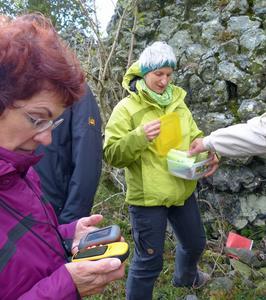 Während der Ausbildung von Fortbildungsleitern zum Schulwandern am hessischen Dörnberg gab es eine Reihe praktische Übungen wie hier mit GPS-Geräten, die künftig wohl auch bei vielen Schulwanderungen zum Einsatz kommen. Foto: G. Diethers / DWV