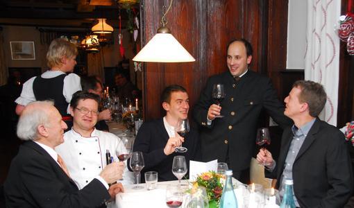 Bei der kulinarischen Weinprobe im Lamm Hebsack (v.li.): Jürgen Ellwanger, Patron Markus Polinski, Felix Ellwanger, Sommelier Daniel Hasert und Jörg Ellwanger (Foto: © Aschbacher)