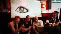Die Künstlerin Monika Pammer versteigerte zusammen mit Harald Krois und Markus Grabner (beide BEMER) die Studie eines menschlichen Auges. Der Ertrag: 5.000€ zugunsten der Charity-Aktion von Toni Aichenauer / Quelle: BEMER