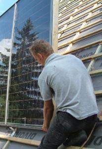 Solaranlagen auf Hörsäle montieren und gut dabei verdienen anstatt im Hörsaal studieren: Dachdecker sind gesuchte Fachkräfte