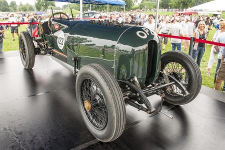Grünes Monster auf grüner Wiese: der 1914er Opel-Rennwagen mit 12,3 Liter Hubraum