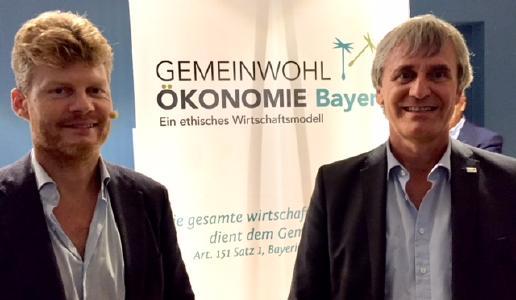Christian Felber (links) und Andreas Schöfbeck (rechts) treffen sich bei einer Veranstaltung des Bündnisses für Dachau im Ludwig-Thoma-Haus