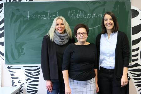 Geschafft: Agnieszka Bialas (Mitte) mit ihrer früheren Ansprechpartnerin Carola Trott (li.) und ihrer Arbeitgeberin Nina Mariano. Sie freut sich, dass sie als Dozentin eine Anstellung beim Bildungswerk der Hessischen Wirtschaft gefunden hat / Foto: Gaby Richter