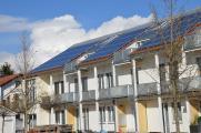 Solartechnik gehört – auch Dank des Dachdeckers – heute zum Alltags-Dachbild.