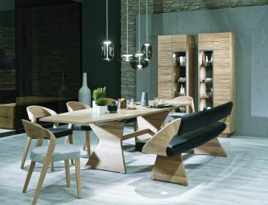 Liebe zum Detail: der Massivholztisch mit cleverem Tischauszug und die Eckbank mit elegant gekrümmter Lehne. (Foto: life pr/Voglauer)