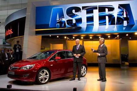 Weltpremiere des neuen Opel Astra bei der Internationalen Automobilausstellung in Frankfurt: Der neue Kompakte wurde bei einer Pressekonferenz am Opel-Stand in Halle 8 vom Aufsichtsratschef Carl-Peter Forster vorgestellt, rechts M.Hecht