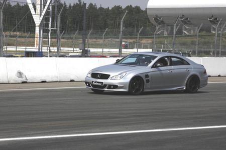 Ein Bild zeigt den von  Lorinser vor kurzem vorgestellten Mercedes CLS. Mit seinen mattschwarzen Applikationen gibt er schon einmal einen Vorgeschmack auf den zur IAA gezeigten CL
