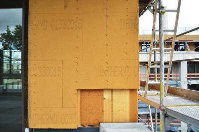 KfW-40-Standard: Die Außenwände des BV Freistil – hier die Holzrahmenkonstruktion im Penthouse-Geschoss mit Kork-Laibungsprofil am Fenster, 100 mm dicken INTHERMO HFD-Exterior Compact Holzfaserdämmplatten auf den Stielen und Holzfaserdämmung im Gefach –  zeichnen sich durch einen sensationell niedrigen U-Wert von nur 0,15 W/(m²K) aus. Foto: Achim Zielke für INTHERMO, Ober-Ramstadt; www.inthermo.de