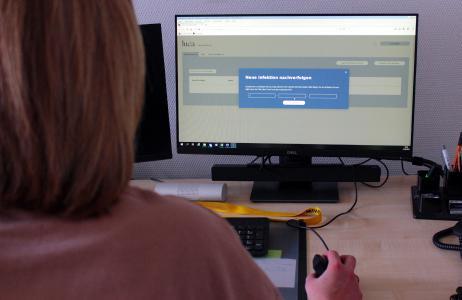 Die luca-App im Einsatz: Im Gesundheitsamt des Vogelsbergkreises können ab sofort über eine Schnittstelle Daten von luca-App-Betreibern einlaufen und die Kontaktpersonennachverfolgung vereinfachen. (Foto: Vogelsbergkreis/C.Lips)