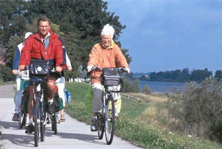 Radfahrer an der Elbe