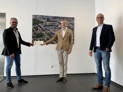 """Rechts im Bild Clemens Maurer, links Prof. Dr. Nawid Khaladj mit Silvio Rahr, Geschäftsführer von """"Wir für Gesundheit"""""""
