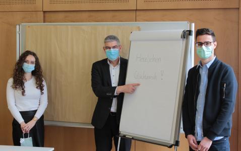 Gratulation von Landrat Manfred Görig. Laura Wiegand und Florian Steuernagel beim Gratulationsempfang in kleiner Runde