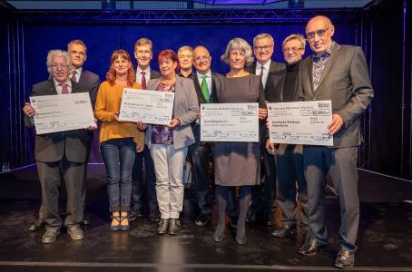 Die Vertreter der regionalen Spendenprojekte freuen sich gemeinsam mit den vier Veranstaltern und Oberbürgermeister Christian Schuchardt über die Spendensumme von 40.000 Euro / Bildquelle: Heiko Becker (Main-Post)