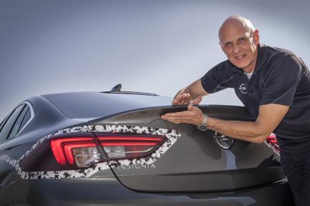 Scharfes Styling: Rennprofi und Opel-Direktor Performance Cars und Motorsport Volker Strycek ist von den Formen des neuen Insignia GSi – wie hier der Abrisskante am Heck – begeistert