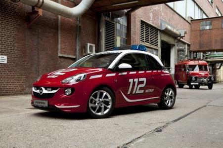 Der Opel ADAM ist der absolute Individualisierungs-Champion – privat und künftig vielleicht auch für die Feuerwehr. Seine Tauglichkeit zum Rettungseinsatz zeigt der freche Stadtflitzer nun als flotter Floriansjünger