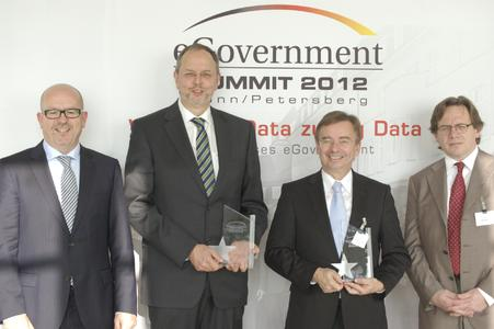 Preiseverleihung auf dem 5. eGovernment Summit (v.li.): Erwin Schwärzer (Bundesinnenministerium), Dr. Georg Thiel (Gewinner Kommunikations Award), Dr. Wilfried Bernhardt (Gewinner Leadership Awards) und Manfred Klein (eGovernment Computing)