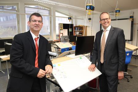 Schulleiter Peter Walkowiak (links) und Regionsdezernent Ulf-Birger Franz in einem Klassenraum der Franz-Mersi-Schule, der speziell auf die Bedürfnisse von sehbehinderten Kindern eingerichtet ist