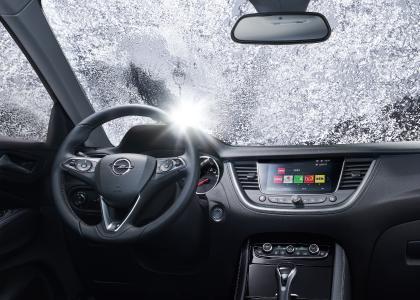 Den richtigen Durchblick vom Start weg: Bei Opel Insignia und Grandland X (Foto) lässt sich die Windschutzscheibe per Knopfdruck beheizen, so dass die unscheinbaren Heizdrähte im Nu für klare Sich sorgen