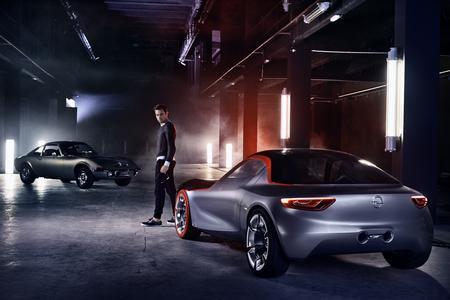 Filmstar: Der neue GT Concept trifft in dem 78-sekündige Film auf den Original-GT – die Opel-Tradition verbindet sich mit der Moderne