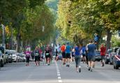Neben Läufern können auch (Nordic-)Walker in der 10-Kilometer-Distanz an dem Sportevent teilnehmen. Ihre Zeit wird gemessen