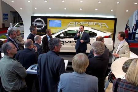 """Uwe Deller, Leiter Technologie Kommunikation Adam Opel AG vor dem Opel Ampera auf der """"Elecric Avenue"""" in Friedrichshafen"""
