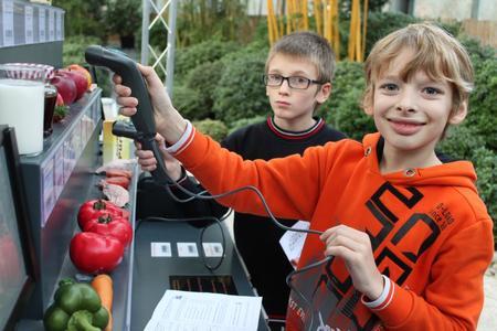 Jonas und Fabian aus der 5. Klasse vom Schulzentrum Ronzelenstraße kaufen in der Klimawerkstatt klimafreundlich ein.
