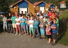 Seit 15 Jahren fährt die DHG jeden Sommer mit 50 Kindern im Alter von 8 – 14 Jahren zum Edersee. Alle haben Hämophilie oder andere Gerinnungsstörungen, benötigen medizinische Betreuung und sind oft das erste Mal ohne Eltern von zu Hause fort
