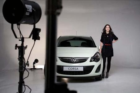 Opel startet die erste TV-, Print- und Online-Werbekampagne mit der Eurovision Song Contest-Gewinnerin Lena. Hier Lena bei Aufnahmen mit dem Opel Corsa im Fotostudio