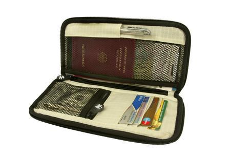 Weit zu öffnen und stark verschlossen mit Reißverschluss, viele Innenfächer und -taschen für Pass, Ticket und Karten