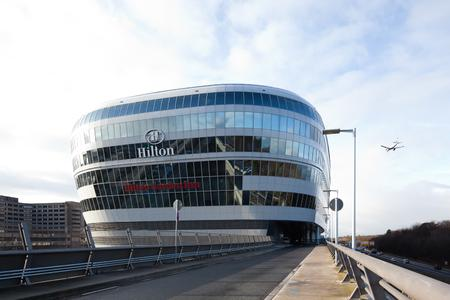 """Eindrucksvolle Erscheinung: Das Hilton Frankfurt Airport erhielt die Auszeichnung """"Best Airport Hotel in the World"""" des Geschäftsreisemagazins Business Traveller USA / Foto: JOI-Design, Hamburg"""