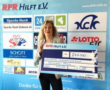 Andrea Willig von RPR1. mit dem Scheck für den Deutschen Kinderschutzbund e.V.