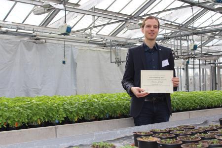 Christian Frerichs von der Hochschule Osnabrück freut sich über 500 Euro Siegerprämie beim Green Challenge-Wettbewerb