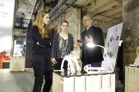 Viele Exponate der Hochschule Osnabrück entstanden in der digitalen Prozesskette für die Design- und Produktentwicklung. Der Design-Wissenschaftler Fabian Stärk erklärt am konkreten Beispiel die Vorteile dieser Lösung, die modernes Designen vom Entwurf bis zum fertigen Prototyp ermöglicht. (Foto: HS Osnabrück / Hannes Nehls)