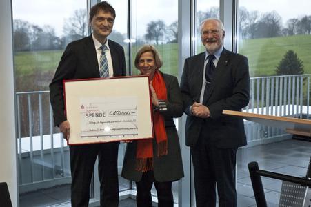 Freuen sich über eine Zustiftung von 150.000 EUR: Professorin Dr. Barbara Schmidt-Rettig und Hochschulpräsident Prof. Dr. Andreas Bertram (li.) gemeinsam mit dem Stifter Heinz Kölking, ehemaliger Präsident des VKD