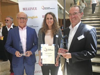 Der Preis wurde von WeberHaus-Geschäftsführer Peter Liehner, Produktmanagerin Melissa Penzel und Marketingleiter Klaus-Dieter Schwendemann in Empfang genommen (von links)