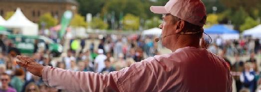 Jonglator Stephan Ehlers dirigiert seine 450 Jonglierschüler