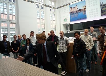 Vor Ort sehen, wie Innovationen entstehen: Maik Mracek, Leiter der Miele-Produktvorentwicklung, zeigte den Master-Studierenden der FH Osnabrück innovative Produkte im Ausstellungsraum der Gütersloher Firmenzentrale.