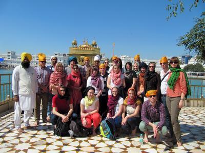 Studierende der Hochschule Osnabrück vor dem Goldenen Tempel in Amritsa, Nord-Indien