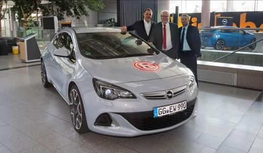 """Die Adam Opel AG kehrt nach zehn Jahren mit Beginn der kommenden Saison 2012/13 in die Fußball-Bundesliga zurück. Der Automobilhersteller wird """"Offizieller Premium-Partner"""" von Fortuna Düsseldorf. Von links Opel-Strategievorstand Dr. Thomas Sedran sowie die Düsseldorfer Vorstandsmitglieder Wolf Werner und Thomas Allofs"""
