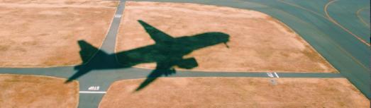 Nachdem Small Planet Airlines den Flugbetrieb einstellt, fürchten die Passagiere auf den Tickets sitzen zu bleiben. KLUGO vermittelt die kostenlose Erstberatung beim Anwalt (Bild: ots/KLUGO GmbH)