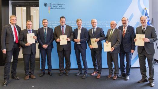 Am 16. November 2017 wurden Förderbescheide aus dem Innovationsprogramm Straße der BASt in Höhe von 1,7 Millionen Euro im BMVI in Berlin übergeben (Bild: BMVI)