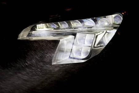 Opel hat ein revolutionäres Sicherheits-Lichtsystem entwickelt: das intelligente LED Matrix-Licht.