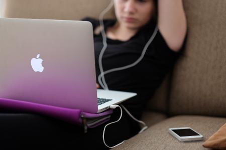 Mädchen am Laptop, Quelle: Unsplash/steinar-engeland-GwVmBgpP-PQ